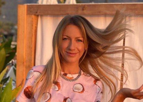 В розовой пижаме с кокосами: Леся Никитюк похвасталась оригинальным домашним луком (фото)