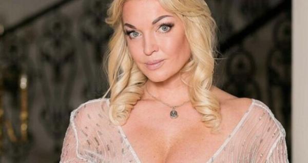 Трусы врезались в интимное место: Анастасия Волочкова сверкнула жилистой фигурой на пляже