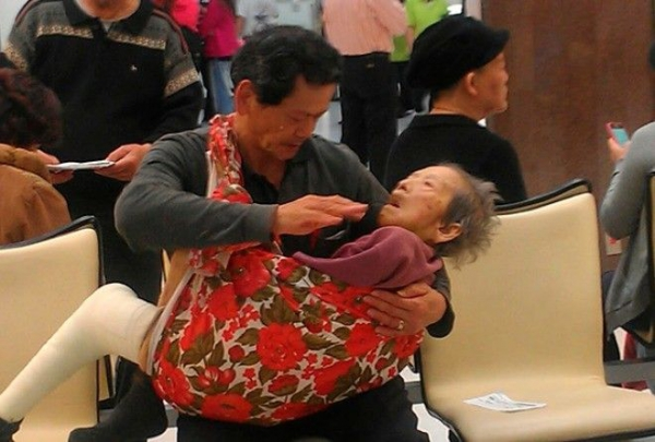 Сын с мамой в больнице… Этот трогательный снимок уже облетел всю Сеть.